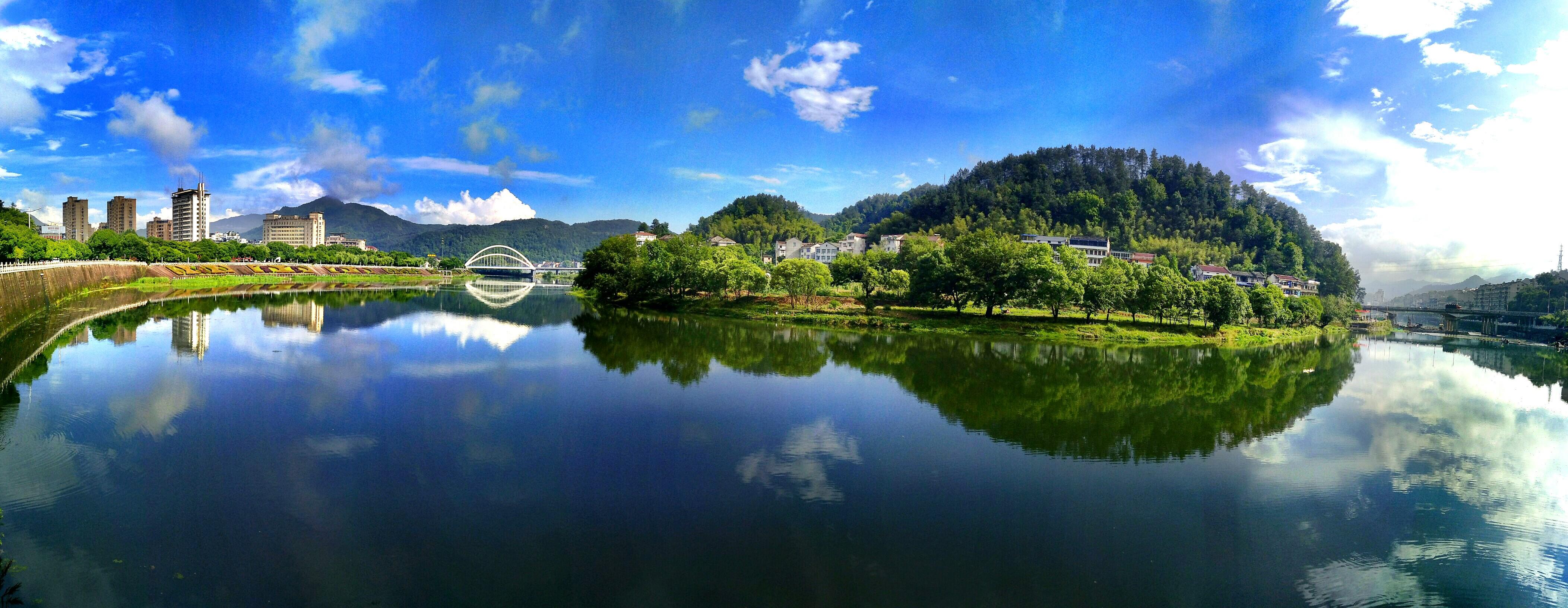 缙云城东著名的仙都风景区,有一株石笋,其型拔地而起,顶部有一方四时